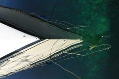 Boot in der Reflexion auf Wasser Stockbild