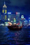 Boot in der Stadt nachts Stockbild
