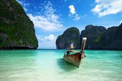 Boot des langen Hecks auf dem schönen Meer Lizenzfreies Stockbild