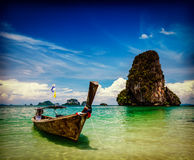 Boot des langen Hecks auf Strand, Thailand Stockfoto