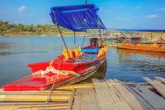 Boot des langen Schwanzes auf Bezirk Songgaria-Fluss Sangkhla Buri kanchan stockfotografie