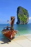 Boot des langen Schwanzes auf dem Strand in Poda-Insel, Thailand lizenzfreies stockbild