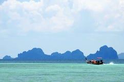 Boot des langen Schwanzes auf dem Türkis Andaman-Meer weg von Trang-Küstenlinie lizenzfreies stockfoto
