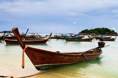 Boot des langen Schwanzes auf Strand auf Tropeninsel, Koh Lipe, Andaman s Lizenzfreies Stockfoto