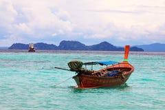 Boot des langen Schwanzes auf Strand auf Tropeninsel, Koh Lipe, Andaman s Lizenzfreie Stockfotos