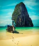 Boot des langen Schwanzes auf Strand, Thailand Stockfoto