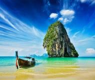 Boot des langen Schwanzes auf Strand, Thailand Stockfotos