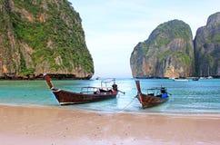 Boot des langen Schwanzes auf tropischem Strand mit Kalksteinfelsen, Krabi, Thailand Stockfotografie