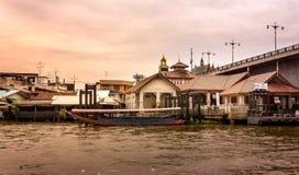 Boot des langen Schwanzes, das wartet, um Passagiere von Pak Kret-Pier zu Koh Kret aufzuheben Lizenzfreies Stockfoto