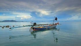 Boot des langen Schwanzes an der Dämmerung in Thailand Stockbild