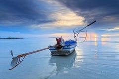 Boot des langen Schwanzes an der Dämmerung in Thailand Lizenzfreie Stockbilder