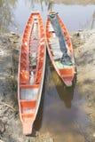 Boot des langen Schwanzes festgemacht auf Kanal Lizenzfreie Stockbilder