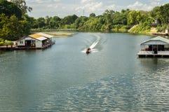 Boot des langen Schwanzes im Fluss Lizenzfreies Stockbild