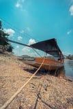 Boot des langen Schwanzes im See Stockfotos