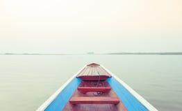Boot des langen Schwanzes im See Stockbilder