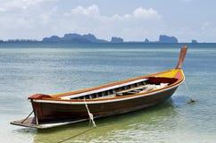 Boot des langen Schwanzes an Strand Haad Sivalai auf Mook-Insel lizenzfreie stockbilder