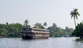 Boot des zweistöckigen Hauses auf Kerala-Stauwasserkanal lizenzfreies stockbild
