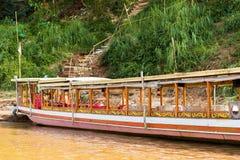 Boot dichtbij de bank van de rivier Nam Khan in Luang Prabang, Laos Exemplaarruimte voor tekst stock afbeelding