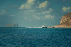 Boot dichtbij de kust Stock Foto