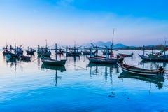 Boot dichtbij de kust bij zonsopgang wordt vastgelegd die Stock Afbeeldingen