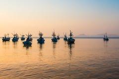 Boot dichtbij de kust bij zonsopgang wordt vastgelegd die Royalty-vrije Stock Afbeelding