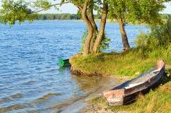 Boot dichtbij de kust van het de zomermeer Stock Afbeelding