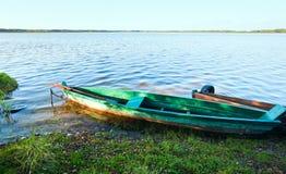 Boot dichtbij de kust van het de zomermeer Stock Foto's