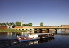 Boot dichtbij de Peter en van Paul vesting in St. Petersburg Royalty-vrije Stock Afbeeldingen
