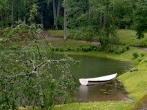 Boot dichtbij de vijver Stock Foto's