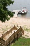 Boot dichtbij dok op meer stock foto
