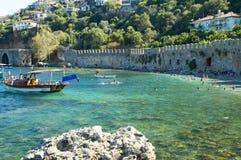 Boot dichtbij exotische kust Stock Afbeelding