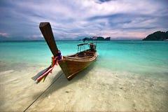 Boot dichtbij het strand Stock Afbeelding