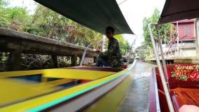 Boot die aan de het drijven markt in Bangkok, Thailand varen stock videobeelden