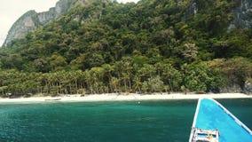 Boot die aan een mooi tropisch strand in de Filippijnen aankomen stock footage