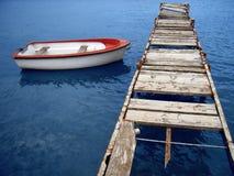 Boot die aan een oude kade wordt gebonden Stock Foto