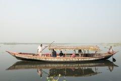 Boot die Bengalese op zwart water, Dhaka, Bangladesh vervoeren Royalty-vrije Stock Foto