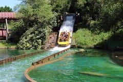 Boot die bij de Grand Splatch aantrekkelijkheid van Le in Park Asterix, Ile de France, Frankrijk dalen Stock Foto