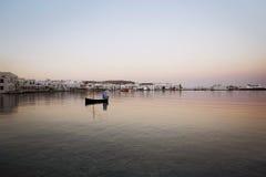 Boot die bij Zonsopgang drijven Royalty-vrije Stock Foto's