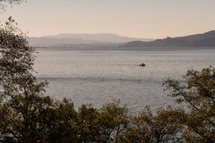 Boot die bij zonsopgang in Tillamook-Baai van de kust van Oregon, de V.S. varen royalty-vrije stock fotografie
