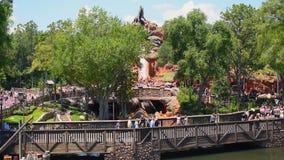 Boot die in de aantrekkelijkheid van de Plonsberg van Stoomboot Liberty Square bij Magisch Koninkrijk 1 dalen stock video