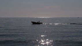 Boot die in de Antenne van de Middellandse Zee varen Bokeh van zonglans van zeewater wordt weerspiegeld dat stock video
