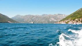 Boot die in de Baai van Kotor, Montenegro varen stock videobeelden