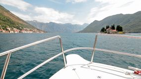 Boot die in de Baai van Kotor, Montenegro varen stock video