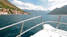 Boot die in de Baai van Kotor, Montenegro varen stock footage