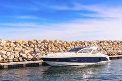 Boot die in de haven wordt vastgelegd Stock Foto