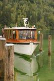 Boot die de pijler naderen bij St Bartholoma Konigssee duitsland Stock Fotografie