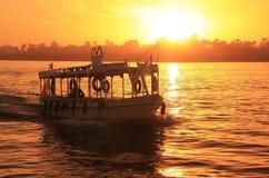 Boot die de rivier van Nijl kruisen bij zonsondergang, Luxor Royalty-vrije Stock Afbeeldingen