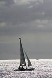 Boot die in de zonsondergang varen royalty-vrije stock afbeelding