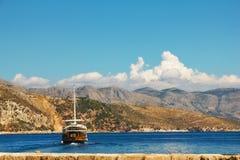Boot die dichtbij eiland Lokrum vaart royalty-vrije stock afbeeldingen