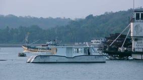 Boot die door op een kalm meer overgaan stock footage